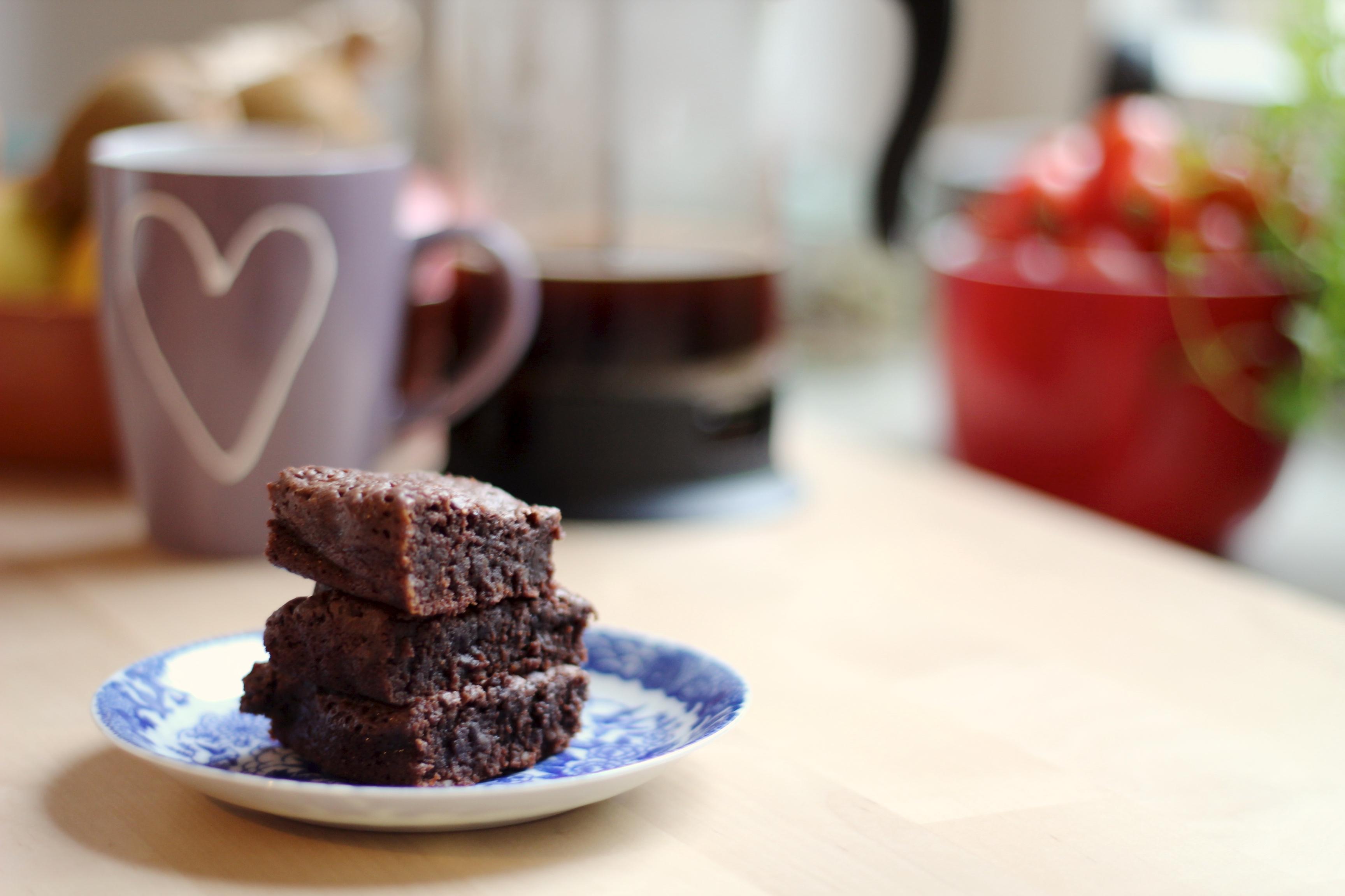Nutella-Brownies mit Kaffeebecher
