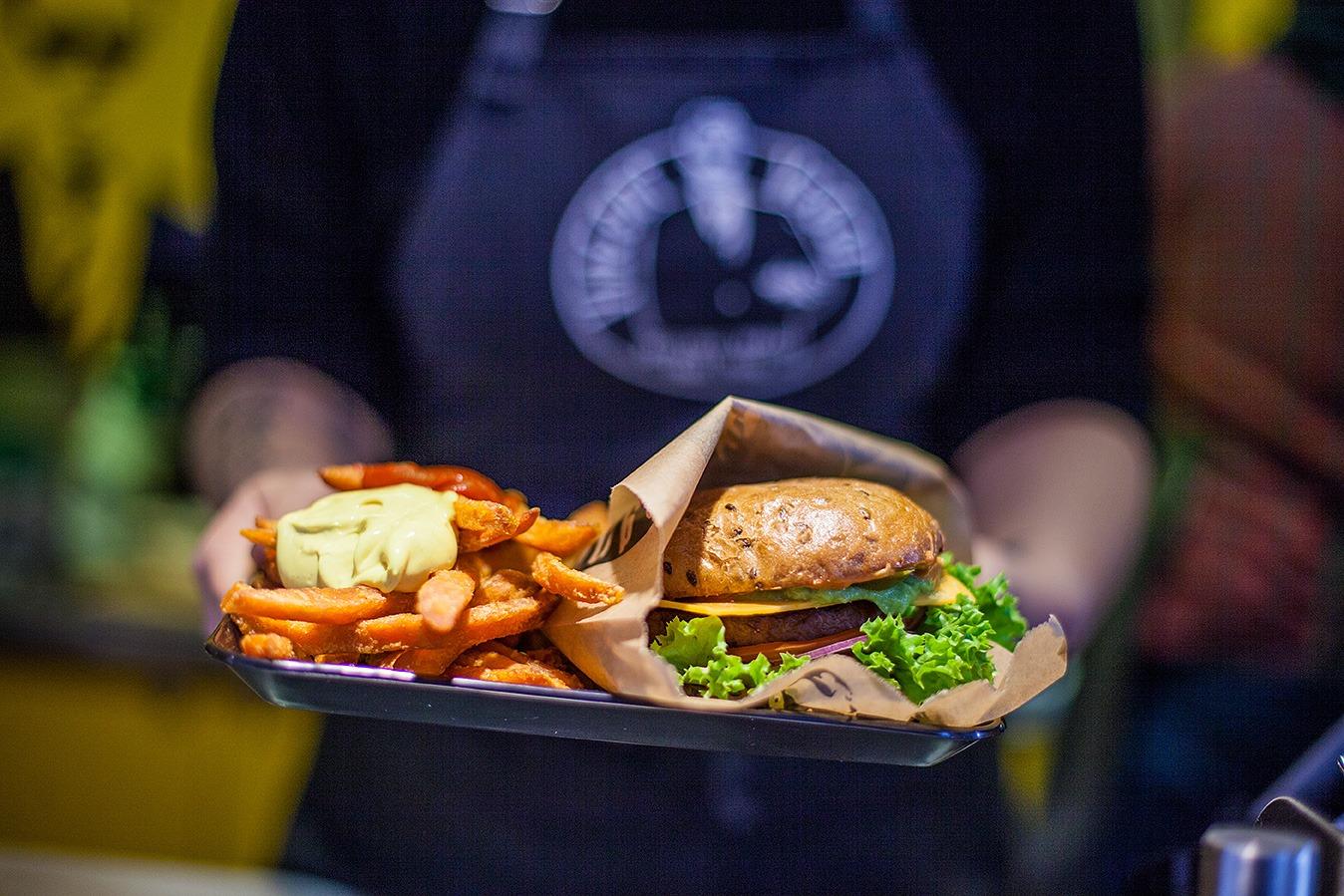 Frische handgemachte Burger sind nur die von unzähligen Leckereien, die es beim Streetfood-Festival zu probieren gibt. Foto: privat